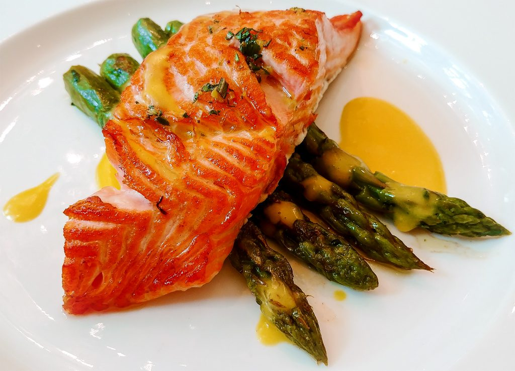 Cover picture: Salmon & asparagus on a plate